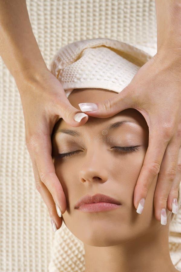 De massage van handen op gezicht stock foto's