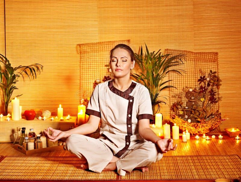 De massage van het bamboe bij kuuroord en vrouw. stock afbeelding
