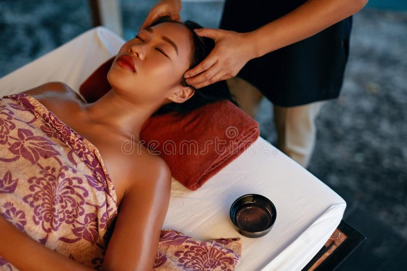 De Massage van het kuuroord Handen die Vrouwenhoofd masseren bij Thaise Schoonheidssalon royalty-vrije stock fotografie