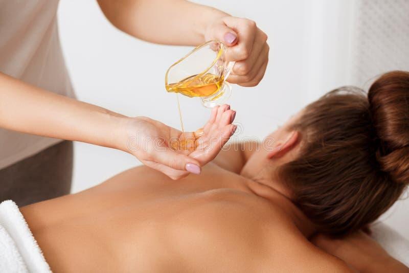 De Massage van het kuuroord Masseur die aromatherapy oliemassage doen royalty-vrije stock foto
