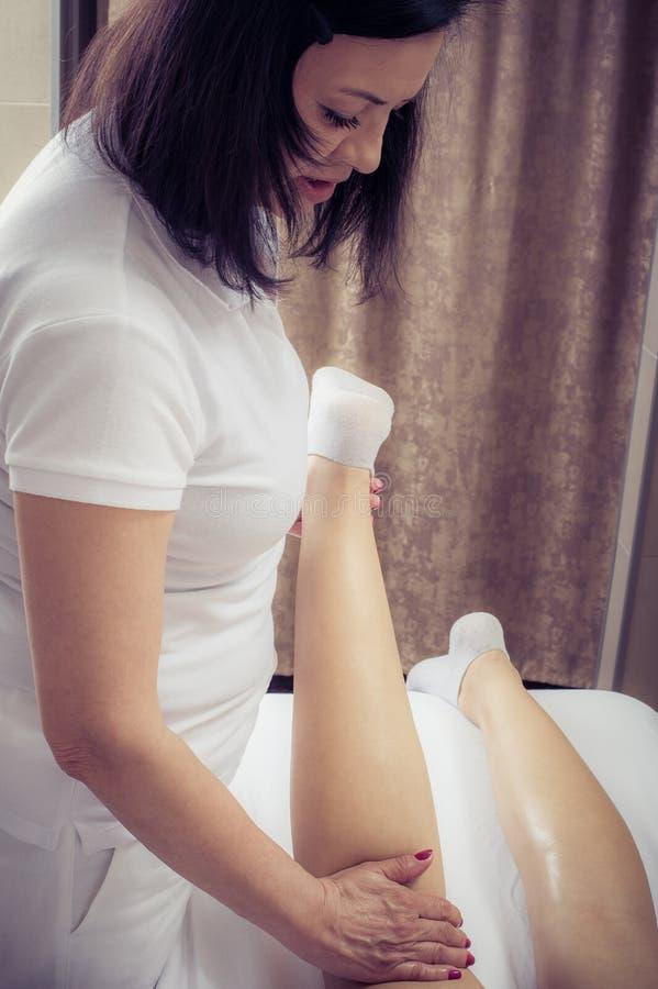 De massagebehandeling van het kuuroordlichaam Vrouw die massage in kuuroordsalon hebben stock foto