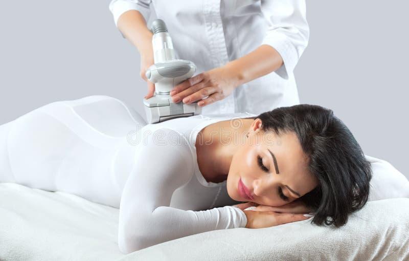 De masseur treft voorbereidingen om tot een hardware anti-anti-cellulitemassage te maken royalty-vrije stock afbeeldingen