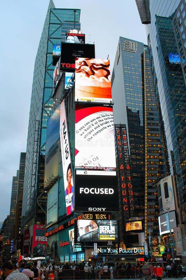 De massieve toren van de reclameschermen boven voetgangers in Times Square royalty-vrije stock fotografie