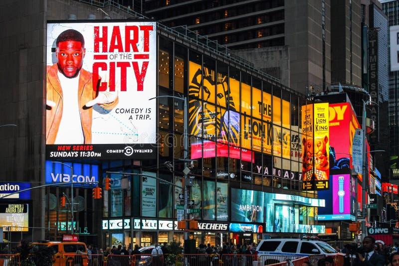 De massieve toren van reclameaanplakborden boven verkeer en voetgangers bij de kruising tussen Times Square en Broadway royalty-vrije stock afbeelding