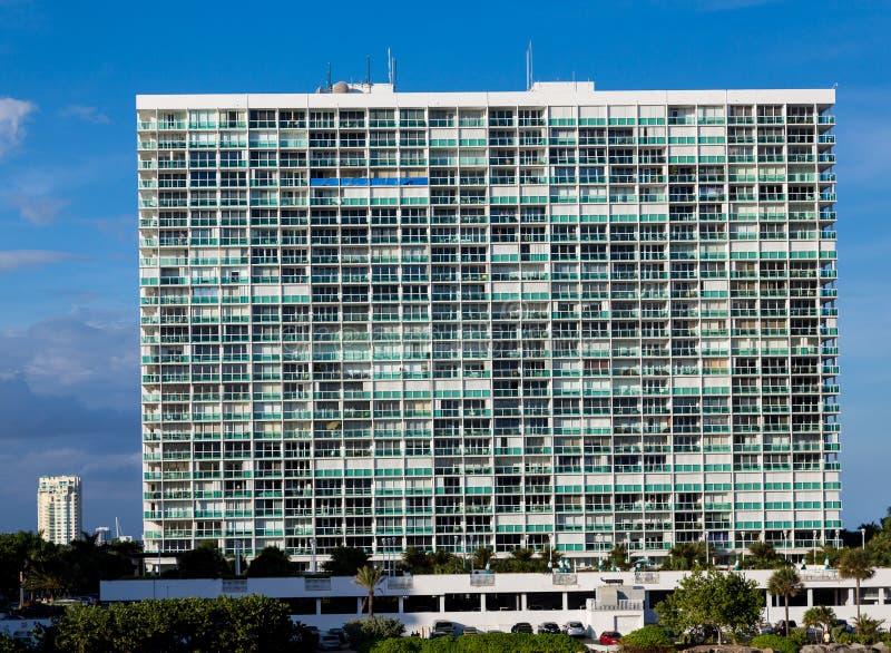 De massieve Witte Flatgebouw met koopflatsbouw royalty-vrije stock afbeeldingen