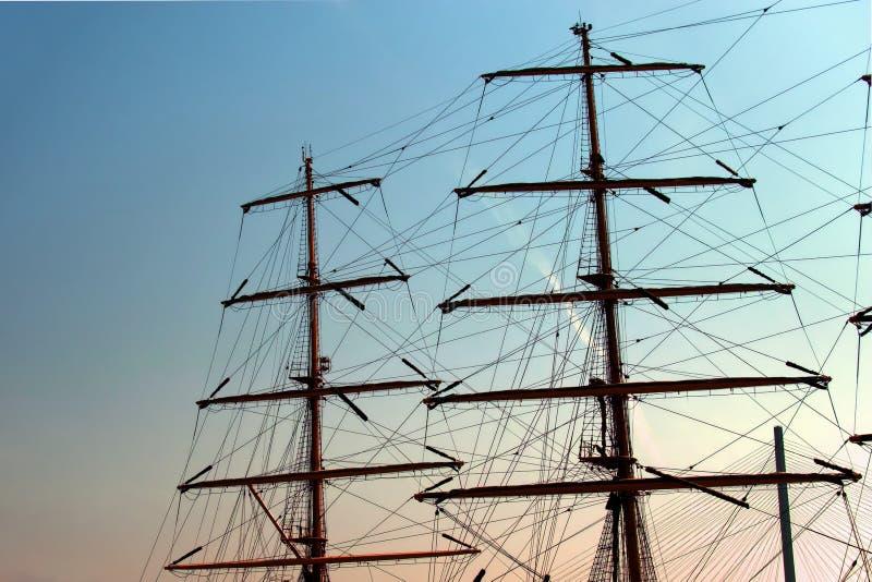 De masten van het lange die schip tegen de ochtendhemel worden gefotografeerd royalty-vrije stock afbeelding