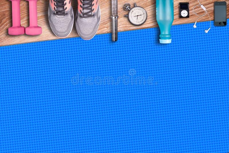 De mat van de geschiktheidsgymnastiek en lichtrose domoren Geschikte materiaalschoenen en muziekspeler royalty-vrije stock afbeeldingen