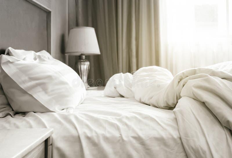 De matras en de hoofdkussens van het bedblad knoeiden omhoog Slaapkamer royalty-vrije stock afbeelding