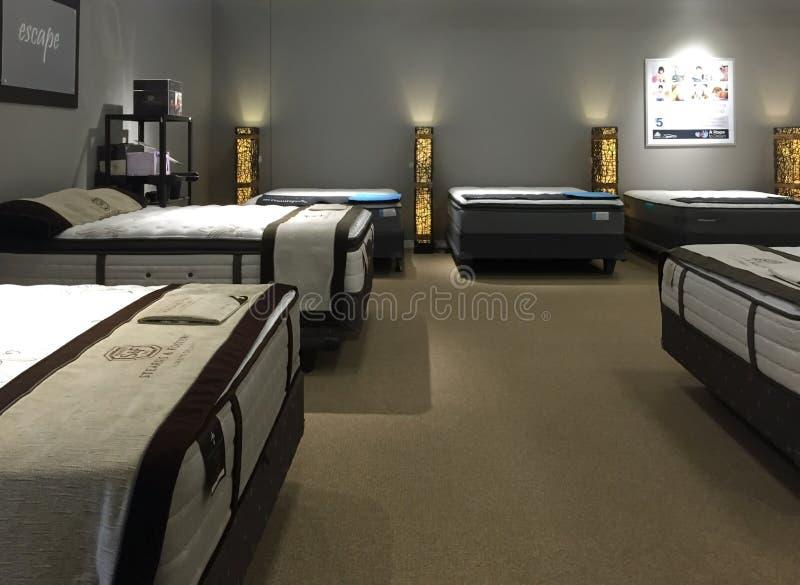 De matras van Nice het verkopen bij meubilairopslag stock foto's