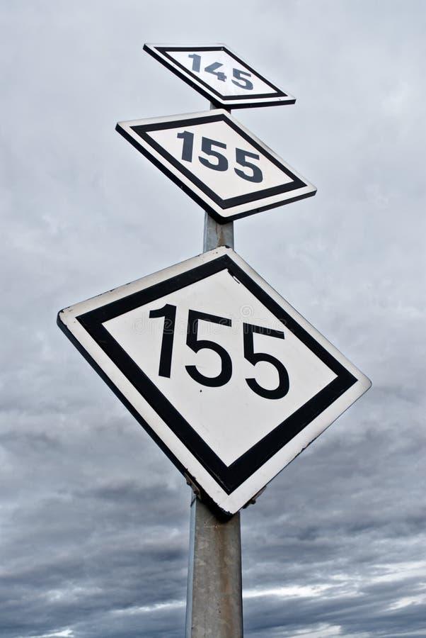 De maximum snelheidsymbool van de spoorweg over hemelachtergrond royalty-vrije stock foto's