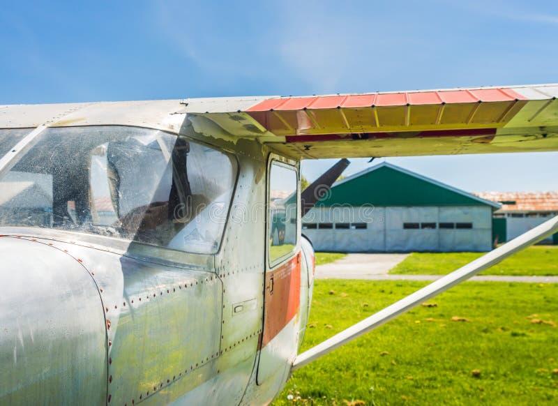 7 de mayo de 2019 - delta, Columbia Británica: Pequeño aeroplano de Cessna 150F en la herencia Airpark del delta imagen de archivo