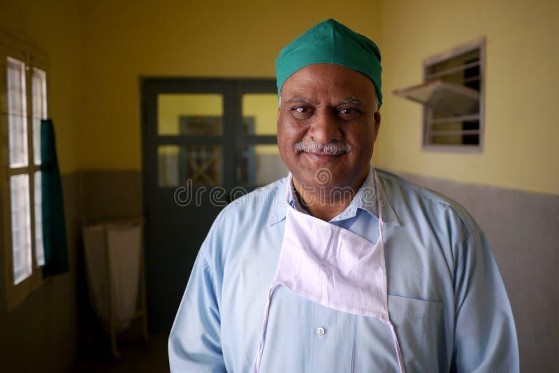 6 de mayo de 2015 - Hyderabad, la India: Retrato de un doctor en un pequeño hospital indio fotos de archivo libres de regalías