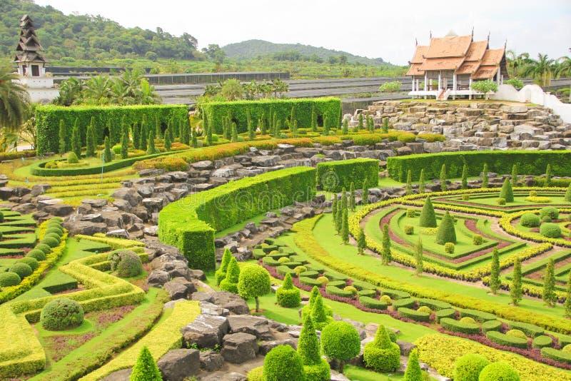 6 de mayo de 2011, parque tropical Nong Nooch, turismo bonito al aire libre colorido del prado de la señal de Tailandia Pattaya d imagen de archivo