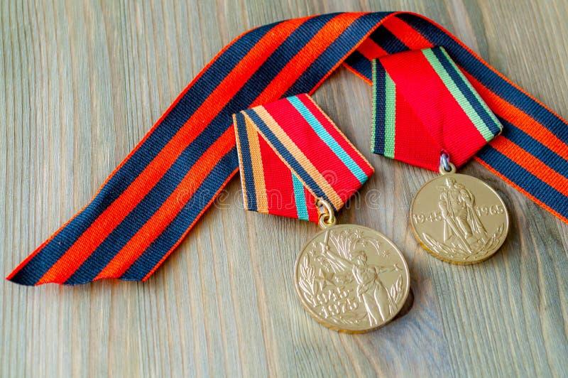 9 de mayo tarjeta - medallas del jubileo de la gran guerra patriótica con la cinta de San Jorge fotos de archivo libres de regalías