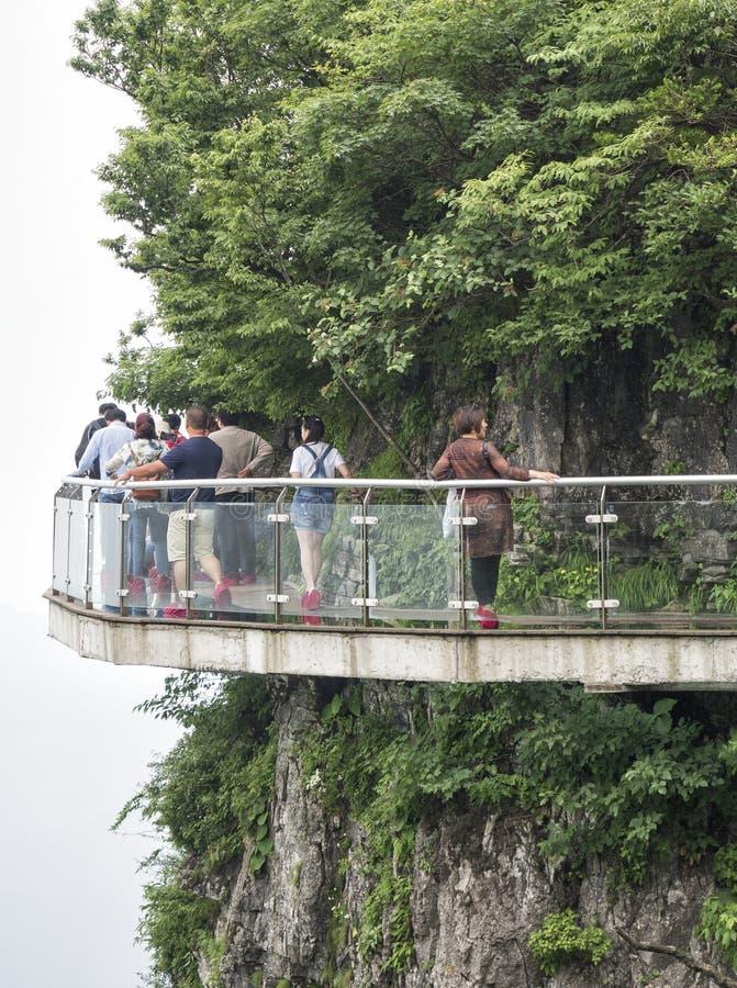 28 de mayo de 2018: Turistas que caminan en el puente en la montaña de Tianmen, la puerta del ` s del cielo en Zhangjiagie, provi foto de archivo libre de regalías
