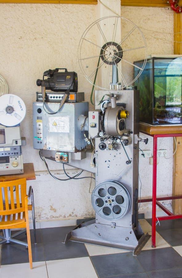 4 de mayo de 2018 un proyector de carrete antiguo del cine en la exhibición en los kibutz Elrom en los Altos del Golán en el nort foto de archivo
