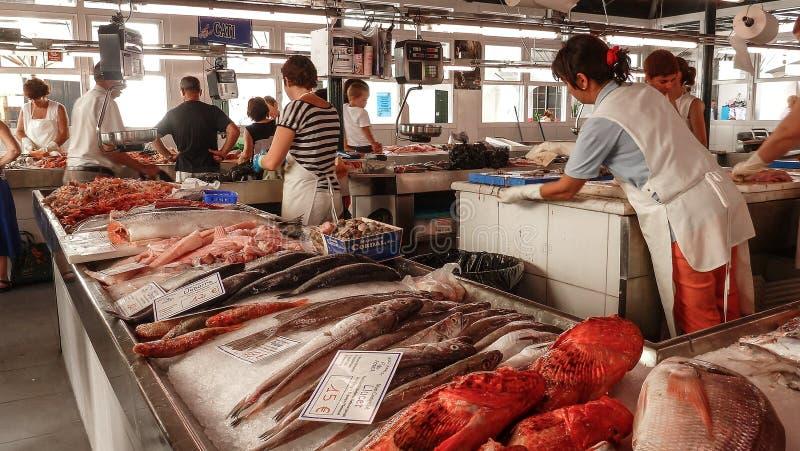 10 de mayo de 2019 - vista del mercado de pescados en Ciutadella de Menorca, con los diversos pescados coloridos en venta, precio fotos de archivo libres de regalías