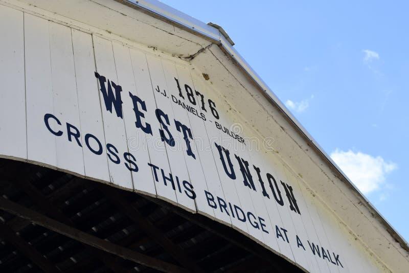 De McAllisterbrug is geschilderd over het openen van een behandelde brug in Parke County, Indiana royalty-vrije stock foto