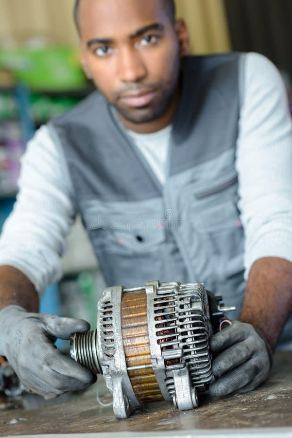 De mechanische component van de holdingsmotor royalty-vrije stock afbeeldingen
