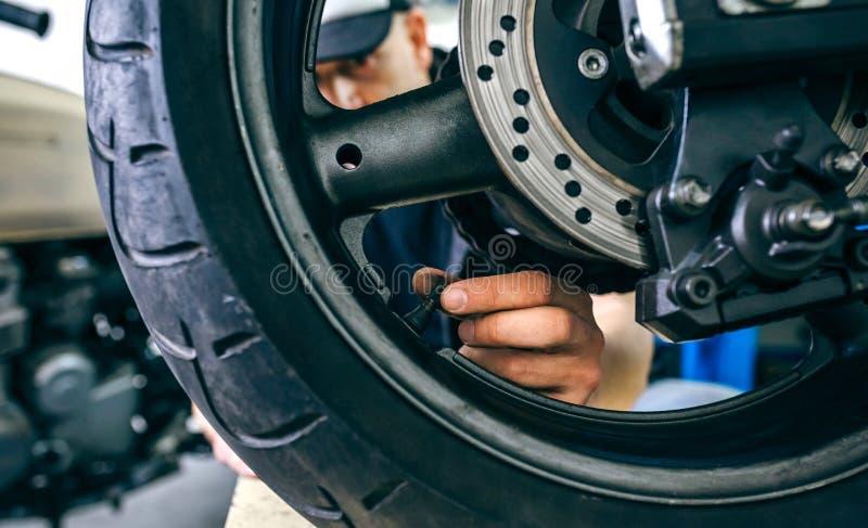De mechanische het plaatsen klep van het motorfietswiel royalty-vrije stock afbeeldingen