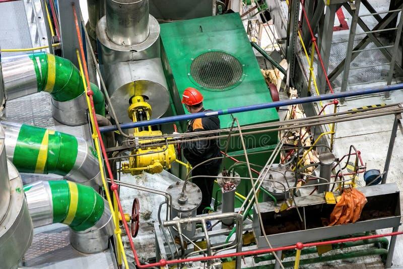 De mechanische ingenieur roteert controleklep en het aanpassen compressorsysteem royalty-vrije stock foto's