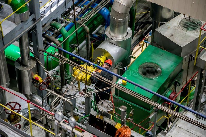 De mechanische ingenieur roteert controleklep en het aanpassen compressorsysteem royalty-vrije stock afbeeldingen
