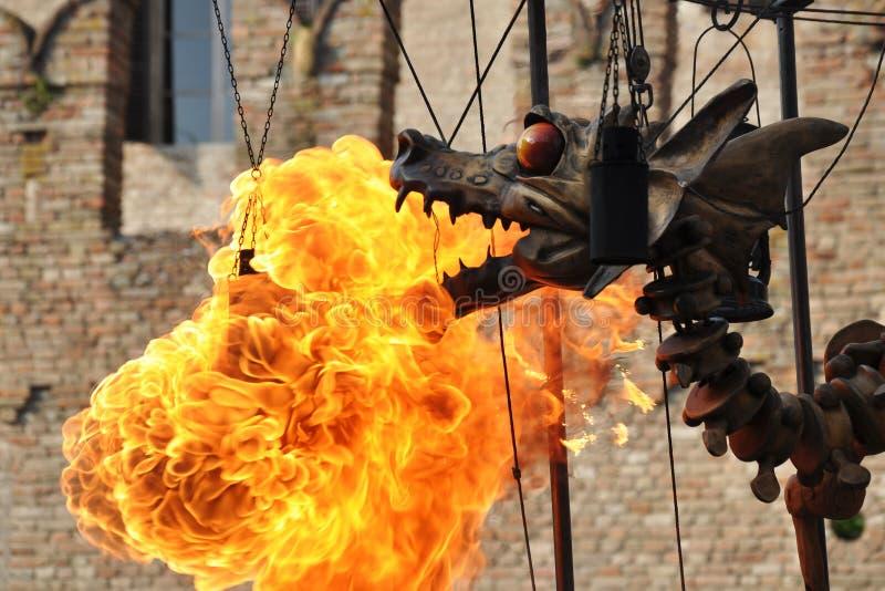 De mechanische staal steampunk-als draak zendt brand uit stock fotografie