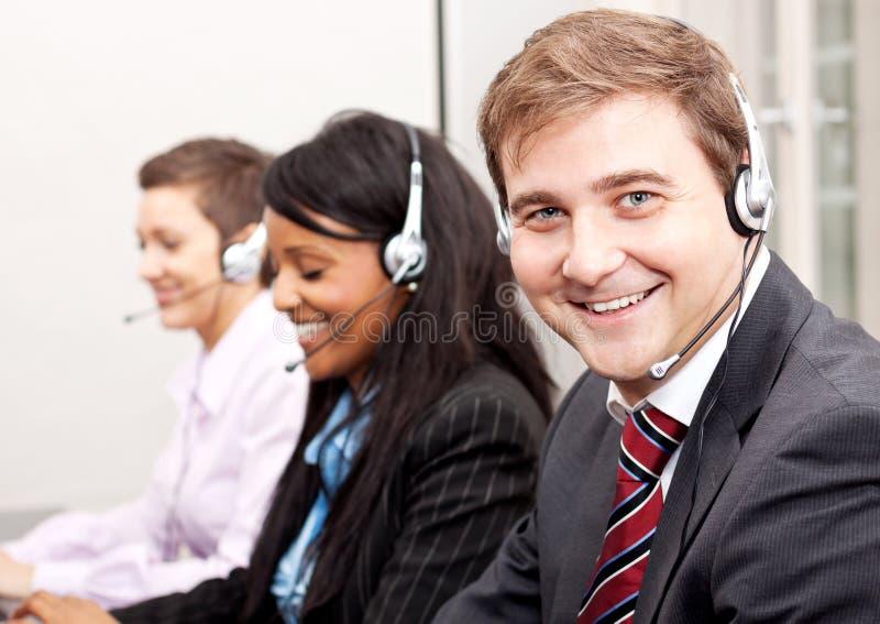 De mededeling van de Callcenterdienst in bureau stock foto's