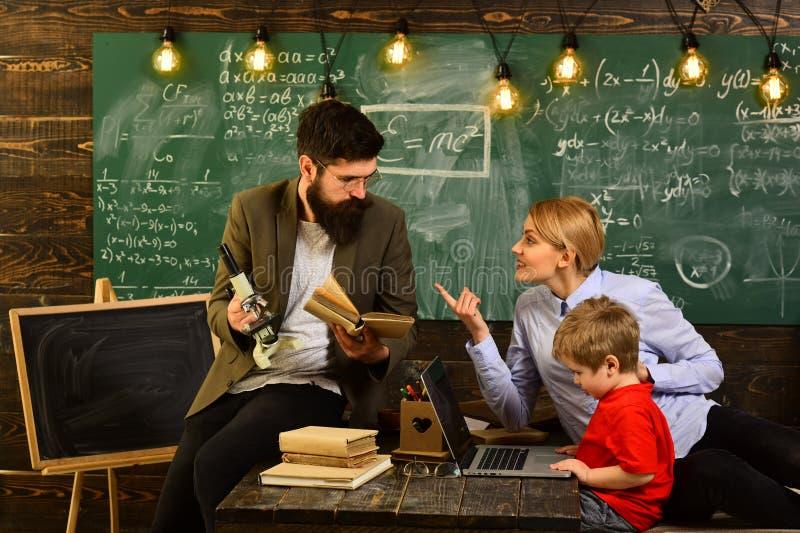 De mededeling van de workshoptechnologie voor onderwijszaken, Charismatische leraren is greateverybody liefdes hen, Privé-leraar royalty-vrije stock afbeelding