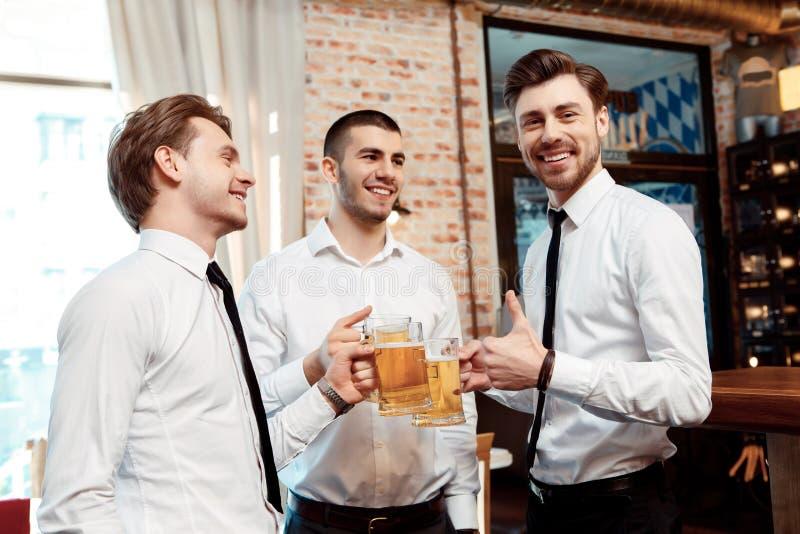 De medewerkers hebben pret in de bar stock fotografie