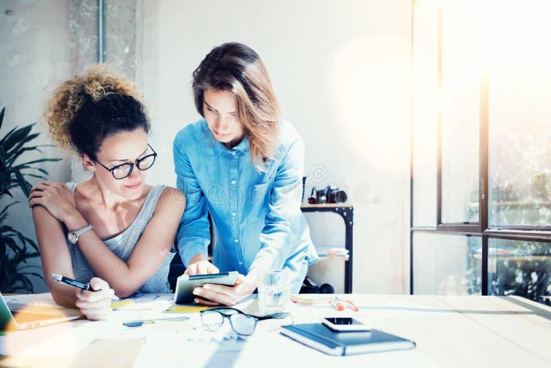 De medewerkers werken Zolder van het Proces de Moderne Bureau Jonge Beroeps die Grote Besluiten nemen Nieuw Creatief Idee Commerc royalty-vrije stock afbeeldingen