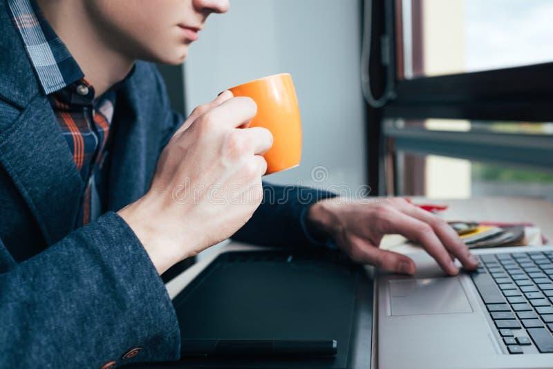 De media van het koffiepauzebureau de sociale verslaafde van Internet stock afbeeldingen