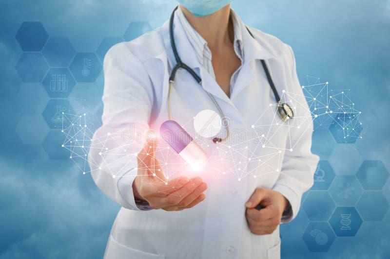 De medische arbeider toont pil en de tablet stock afbeeldingen