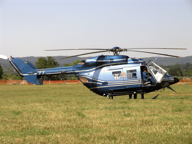 De medische Helikopter van de Evacuatie treft voor Vlucht voorbereidingen stock afbeeldingen