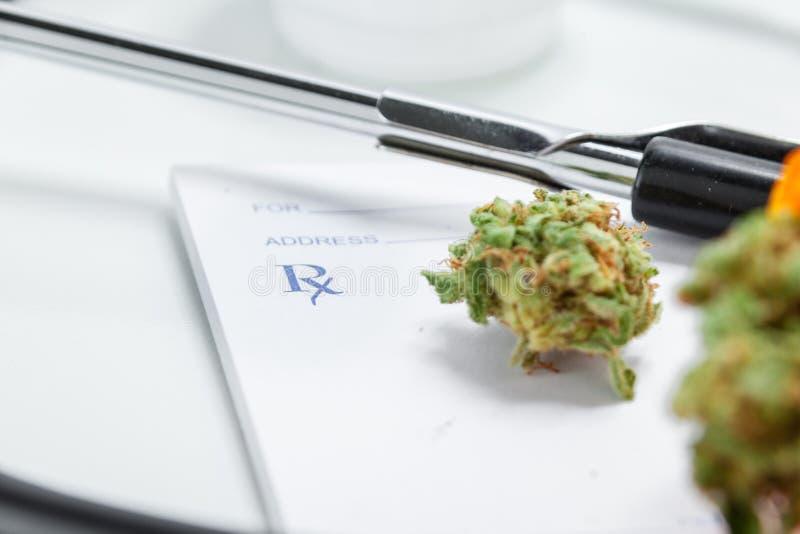 De medische Knoppen van de Marihuana Dichte Omhooggaande Cannabis met Artsen Prescripti stock afbeelding