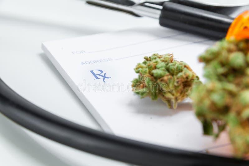 De medische Knoppen van de Marihuana Dichte Omhooggaande Cannabis met Artsen Prescripti stock foto's