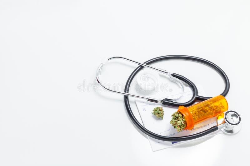 De medische Knoppen van de Marihuanacannabis met Artsenvoorschrift voor wij royalty-vrije stock foto