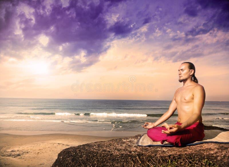 De meditatie van de yoga dichtbij de oceaan royalty-vrije stock foto