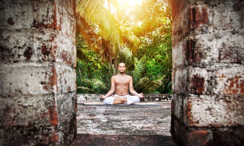 De meditatie van de yoga in India royalty-vrije stock afbeelding