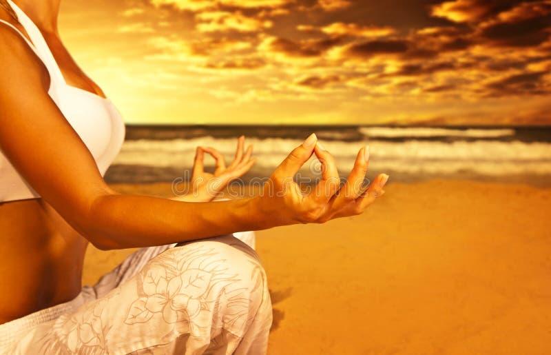 De meditatie van de yoga op het strand royalty-vrije stock foto