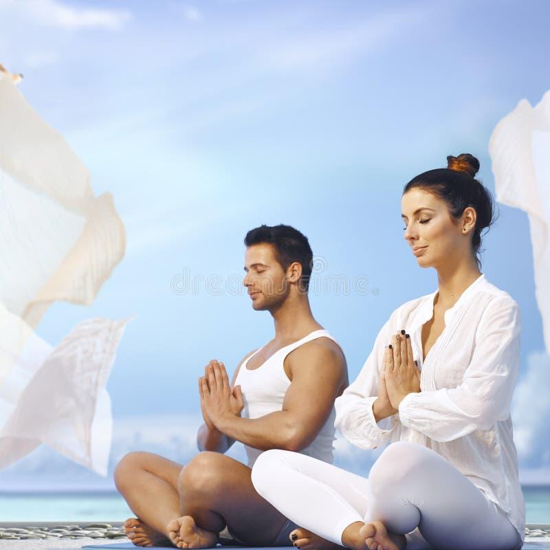 De meditatie van de yoga in openlucht royalty-vrije stock foto