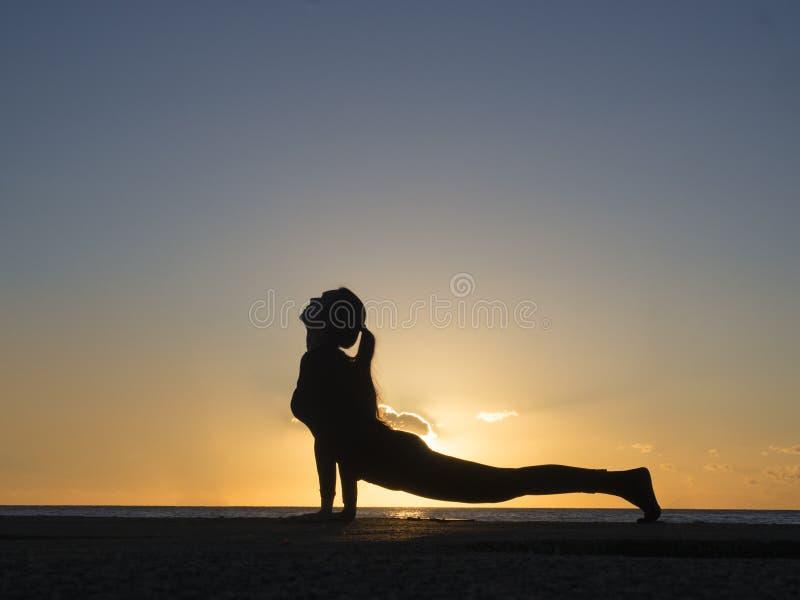 De meditatie van de yoga bij zonsondergang Het Helthyleven en meditatieconcept stock afbeelding