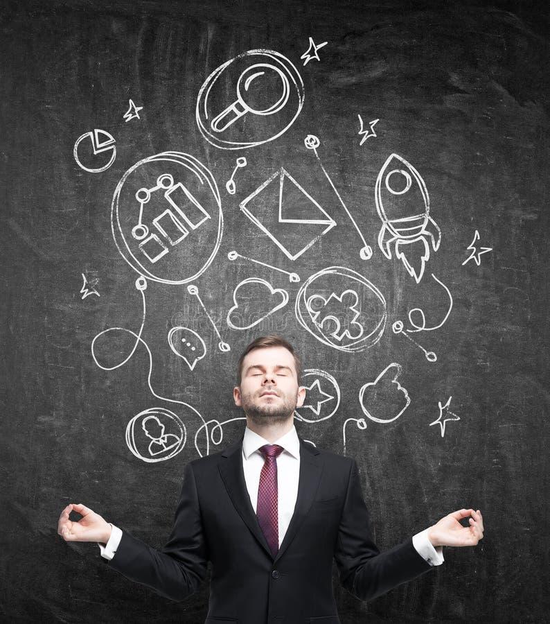 De meditatieve zakenman in formeel kostuum denkt over de bouw van sommige zakelijke relaties De verbonden bedrijfspictogrammen zi stock foto's