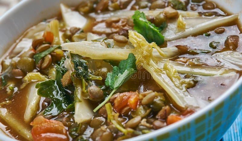 De mediterrane kruidige soep van de spinazielinze stock foto's