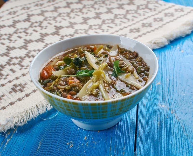 De mediterrane kruidige soep van de spinazielinze stock afbeelding