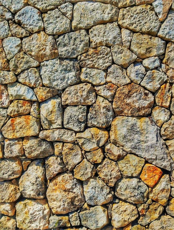 De mediterrane stijl voorzag verkeerd steenmuur van een scharnier stock fotografie