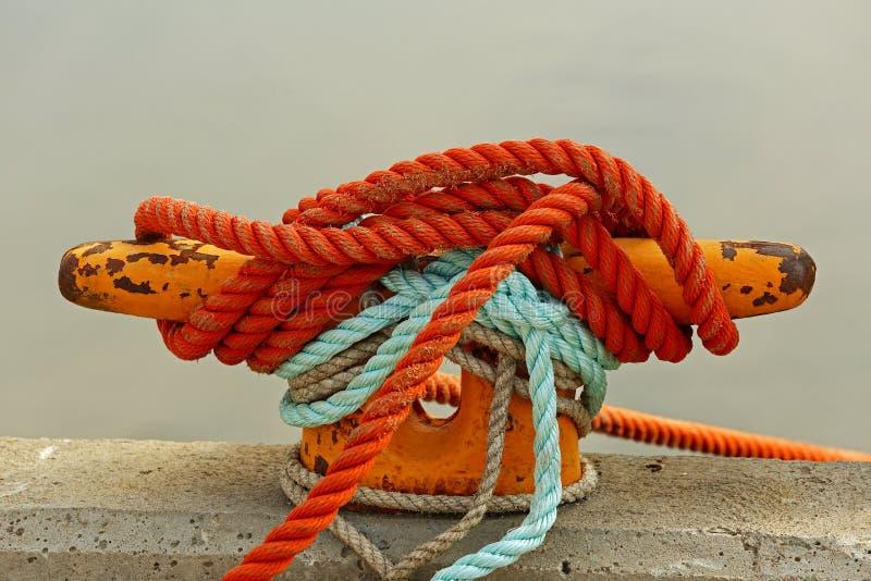 De Meerpaal van de kabelmeertros royalty-vrije stock afbeeldingen