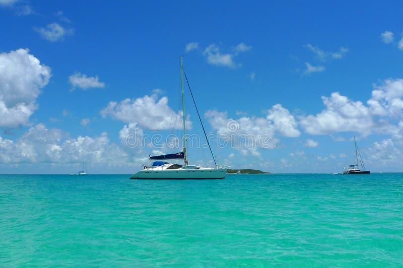 De Meertrossen charteren jacht dichtbij Tortola, Britse Maagdelijke Eilanden royalty-vrije stock foto's