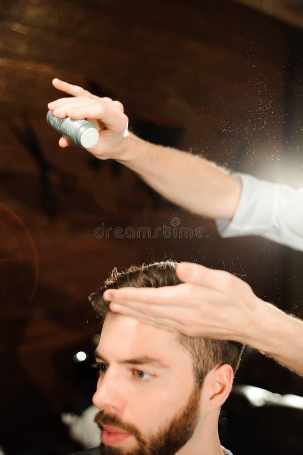 De meester snijdt haar en baard van mensen in de herenkapper royalty-vrije stock foto