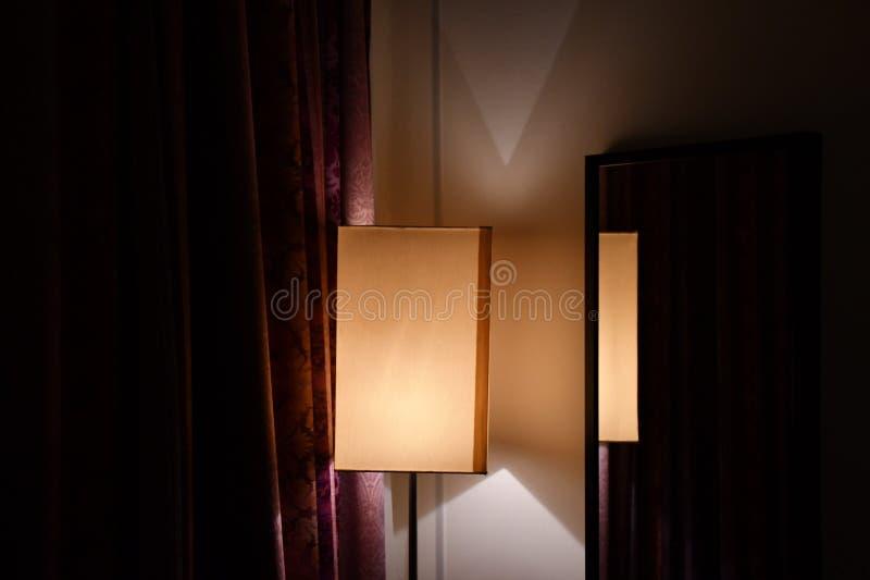 De meetkunde van eenvoudige lampekap dacht in spiegel op muur van ruimte met donkerrode overladen gordijnen na vector illustratie